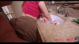 Prima bunduda sendo fodida no banheiro
