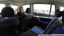 Ταξιτζής γαμάει γκόμενα στο πίσω κάθισμα (7 min)