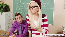 Geeky schoolgirl Halle Von...