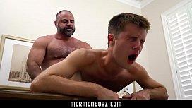Sexo gay com pai durão castigando o filho novinho