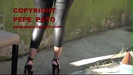 Se&ntilde_ora en calzas negras engomadas