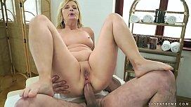 Sexo anal com a madura loira