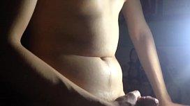 Se masturba en la noche para que no le pillen, y ni graba bien xd