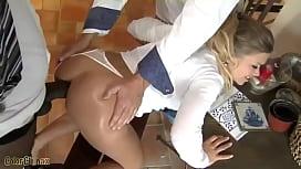 Negro arrombando o cu da esposa com ajuda do corno - bbc
