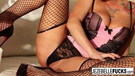 Hot Jezebelle works her...