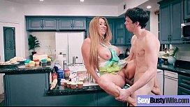 Coroa dos seios fartos transando com filho na cozinha