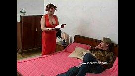 Mãe madura ajudando o seu filho no sexo