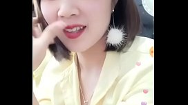 Em g&aacute_i Đăng Quang Watch cố t&igrave_nh để lộ bầu ngực