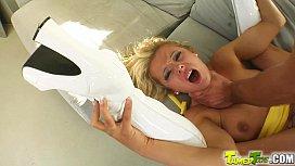 Κάβλα ξανθιά παίρνει τσιμπούκι και γαμιέται. Γλυφομούνι, σκληρό τσιμπούκι λαρυγγάτο, γαμήσι και χύσια στο πρόσωπο