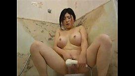 むっちり巨乳がエロい美人お姉さんがシャワーを使ったオナニーシーンを盗撮されてしまう…