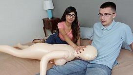 Mia Khalifa tira virgindade do nerd com surra de buceta
