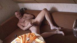 Nackedei wichst auf der Couch 2