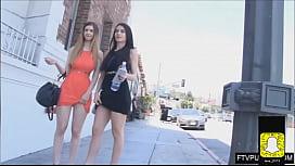 Deux fille chaude en public