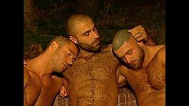 Trio de homens peludos fodendo gostoso