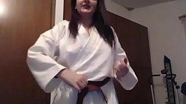 Giovane ragazza karateka suda...