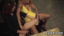 2 MILFS se godent devant une jeune lesbienne voyeuse avant partouze au restaurant