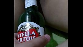 Esposa borracha ni siente la botella adentro de ella