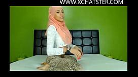 Hijabi cam model twerking her beautiful ass at www.xchatster caramel kitten blowjob