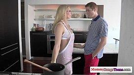 Milf ξελογιάζει εφηβικό ζευγάρι (5 min)