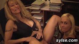 2 secretaires amatrices au bureau : godes et gangbang