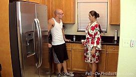 Filho comeu a sua mãe na cozinha