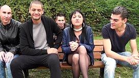 Maeva la cougar se fait sodomiser &agrave_ la cha&icirc_ne par quatre jeunes