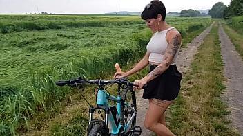 Premiere Fahrrad In Der öffentlichkeit Geil Abgefickt thumbnail