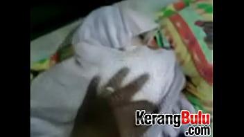إجبار فتاة الحجاب الإندونيسية - فيديوسكس