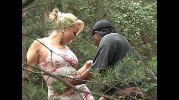 Негретянка дрочит в лесу