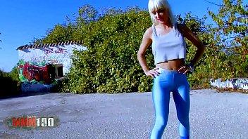 Блондинка в обтягивающих синих штанах