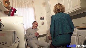 Emma blonde et bourgeoise cache son jeu de coquine