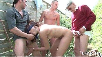 Petite brune francaise sodomisee par 3 mecs et un vieux dans le fond du jardin