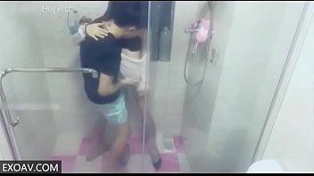 网络红人苗条美女剧情演绎家里热水器不出水叫色男邻居帮忙然后一起洗个澡激情啪啪啪呻吟太给力了对白淫荡