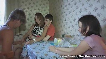 Νεαρες κανουν παρουζα με τους φιλους τους