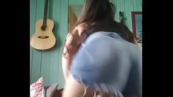 Novinha linda dançando funk de shortinho atolado safada