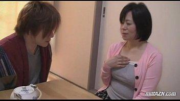 แม่เลี้ยงหื่นสอนเซ็กหลอกกินควยเด็กแม่เลี้ยงร่านสวาท Busty Mature Woman Getting Her Tits- 8 Min