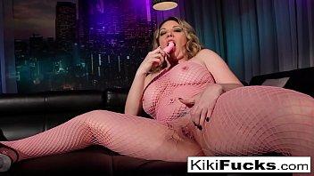 Sexy MILF Kiki makes herself all wet!