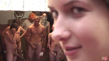 Več mladih postavnih fanto se izprazni po dveh dekeltih