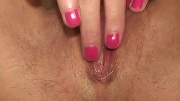 La pequeña abuela con tetas pequeñas ama la masturbación