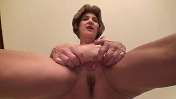 Petite grand-mère aux petits seins adore la masturbation