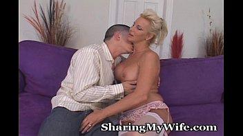 Зрелая баба занимается сексом с молодыми