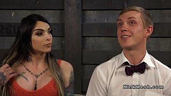 Транс с большим членом ебет парня видео