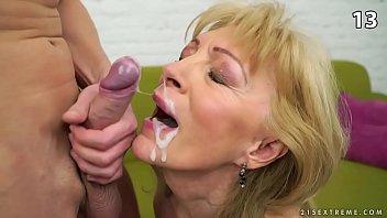 Пожилым женщинам кончают в рот