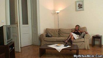 Инцест мать домогается до сына и затащила его в постель видео скачат для мобильных
