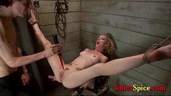 mujer esclava le gusta que la maltarten mientras le dan sin compasión y mientras sufre por pl