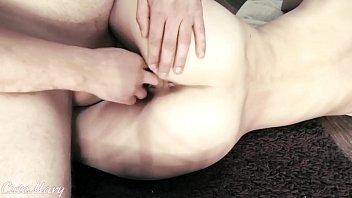 La niña recibe una follada dura en su apretado coño y semen dentro