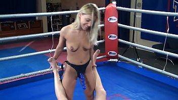 Nikky Thorne vs. Peter - nudo strapazzato di umiliazione mista di wrestling di lotta