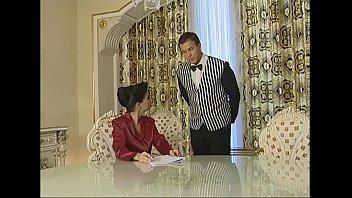 Empregado decide comer a dona da casa que ele trabalha