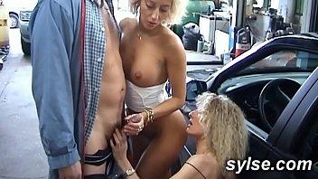 2 MILFs en trio au garage avant la partouze anaale des serveuse au bistrot