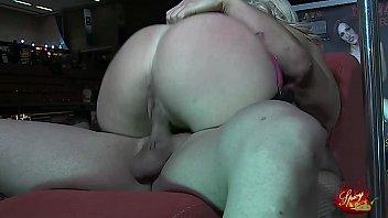 Carla Kinky si fa scopare da Sheri Taliani in una fiera erotica
